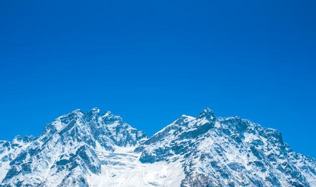 Bella montagne innevate paesaggio dello stato di kashmir, india.