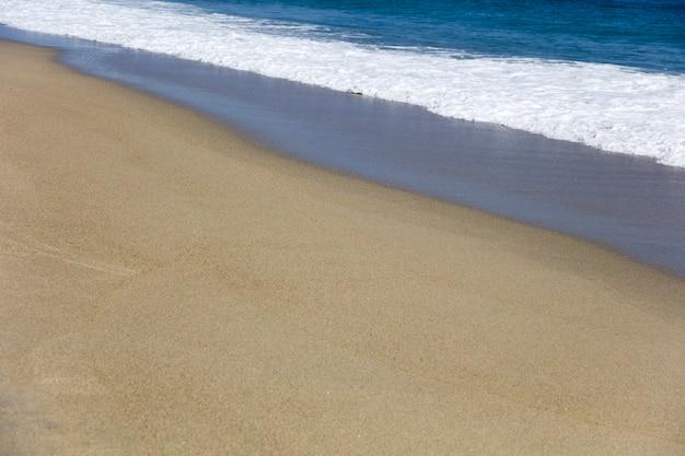 Bella morbida onda del mar dei caraibi sulla spiaggia di sabbia