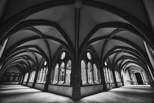Bella panoramica di un corridoio fantasy medievale in bianco e nero