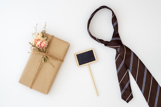 Bella piccola confezione regalo fai da te artigianale con fiori e cravatta