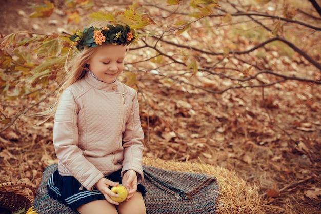 Bella piccola ragazza con il bambino sveglio e divertente dell'istrice in natura di autunno