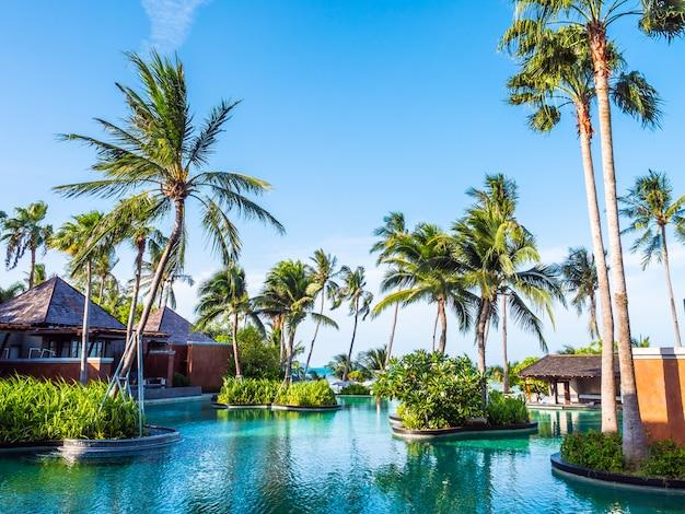 Bella piscina all'aperto con cielo blu in hotel e resort