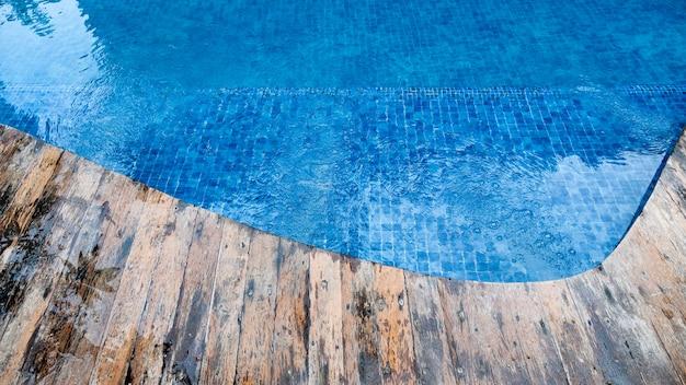 Bella piscina all'aperto con percorso in legno vintage.