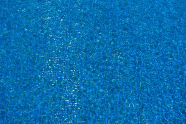 Bella piscina di colore blu