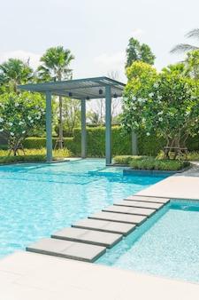 Bella piscina di lusso con palme