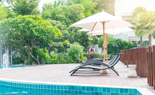 Bella piscina di lusso resort con ombrellone e sedia