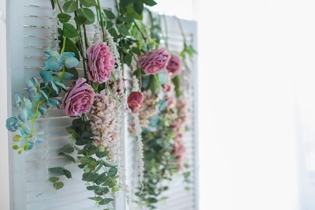 Bella poltrona di paesaggio rosa con i fiori su un fondo bianco