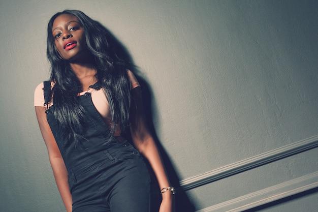 Bella posa afroamericana della ragazza