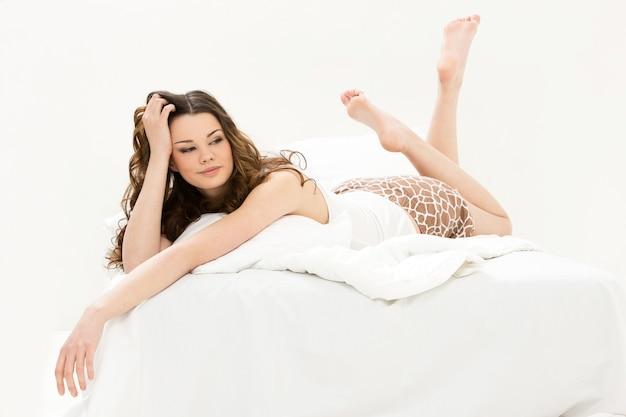 Bella ragazza a letto