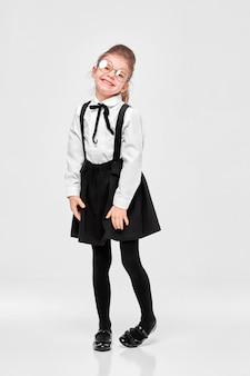 Bella ragazza adorabile bella scuola in uniforme