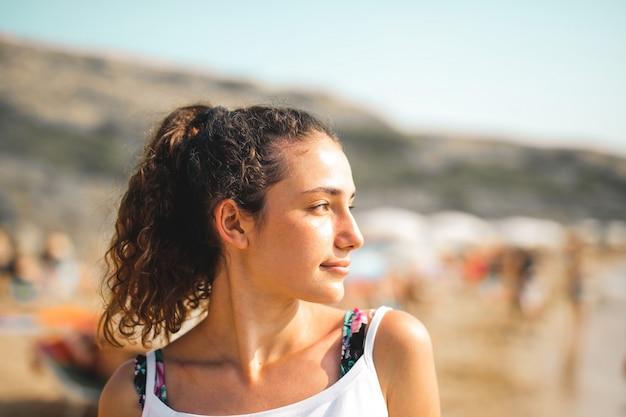 Bella ragazza al mare
