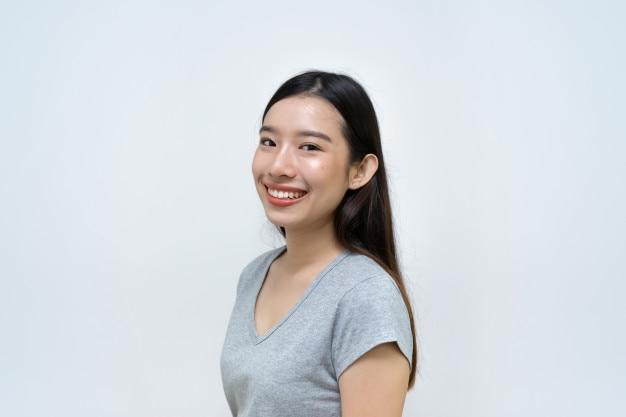 Bella ragazza asiatica, donna sorridente, ritratto isolato