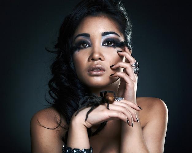 Bella ragazza asiatica sensuale con ragno