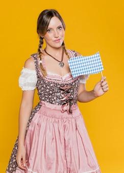 Bella ragazza bavarese con bandiera