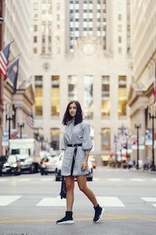 Bella ragazza bruna esplorando la città durante l'autunno