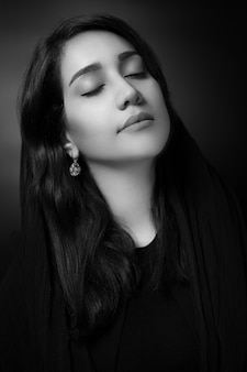 Bella ragazza caucasica su sfondo grigio.