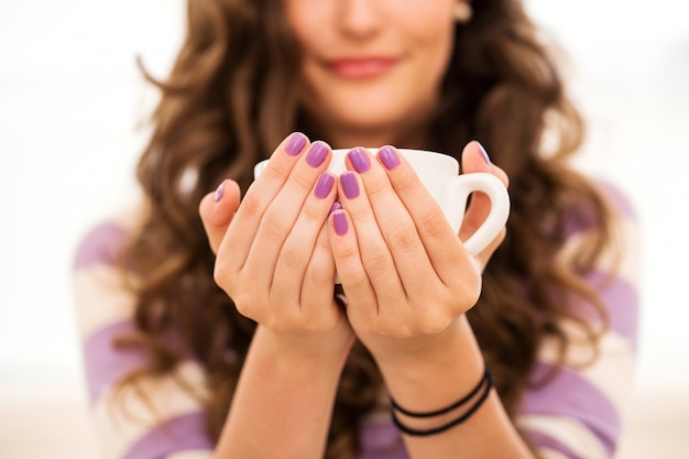 Bella ragazza che beve il caffè