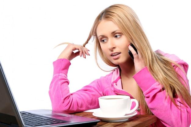 Bella ragazza che chiama dal telefono