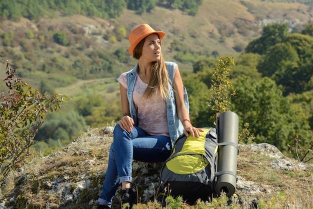 Bella ragazza che fa un'escursione all'aperto conducendo uno stile di vita sano.