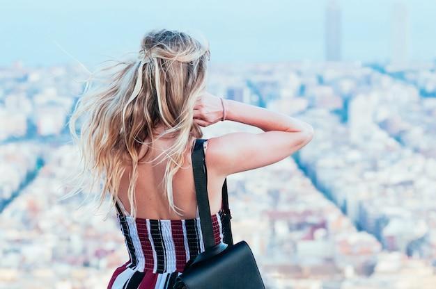 Bella ragazza che gode della vista della città