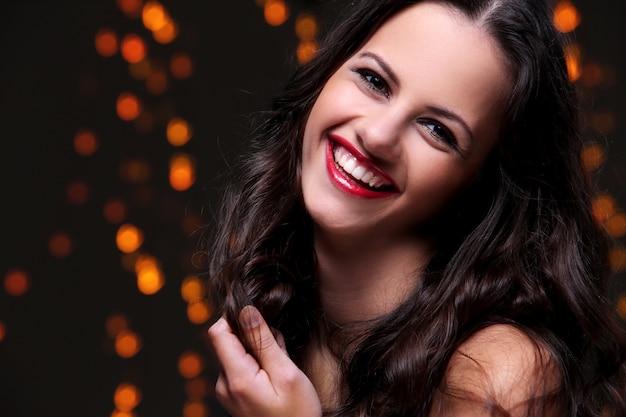 Bella ragazza che posa durante la celebrazione della festa di capodanno