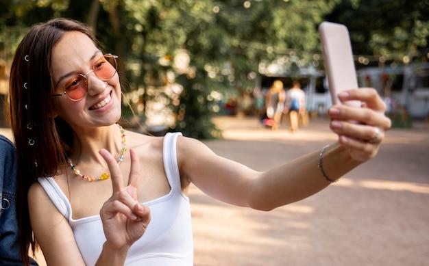 Bella ragazza che prende selfie