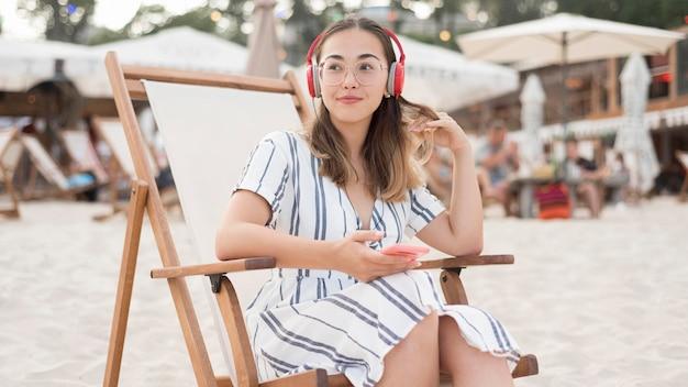 Bella ragazza che si distende sulla spiaggia