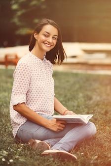 Bella ragazza che tiene un libro aperto