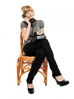 Bella ragazza chiama su isolato su sfondo bianco
