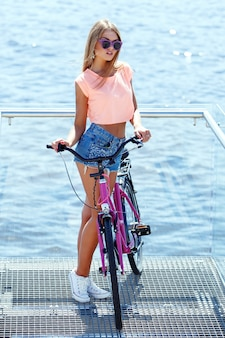 Bella ragazza con bici