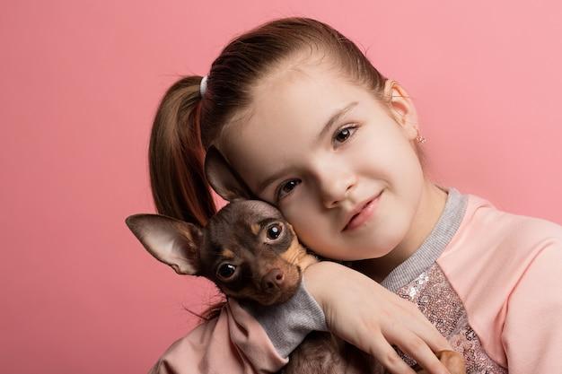 Bella ragazza con cane terrier carino