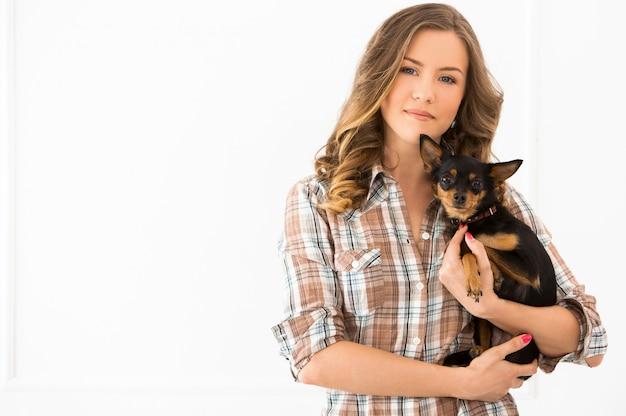 Bella ragazza con cane