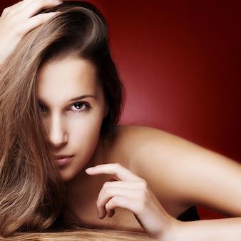 Bella ragazza con capelli lunghi sani