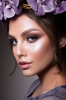 Bella ragazza con fiori. colori pastello. pelle perfetta per il viso