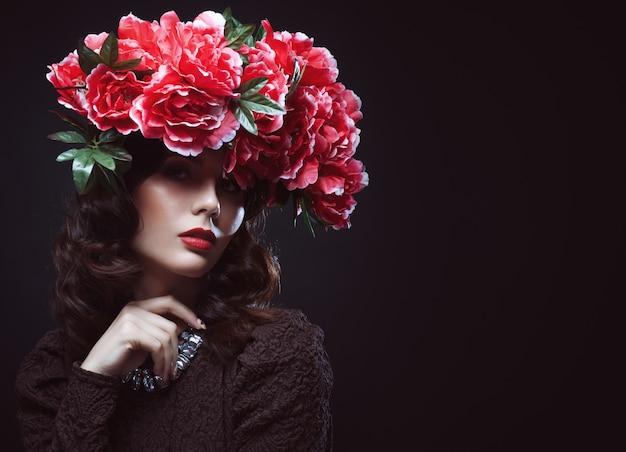 Bella ragazza con fiori tra i capelli.