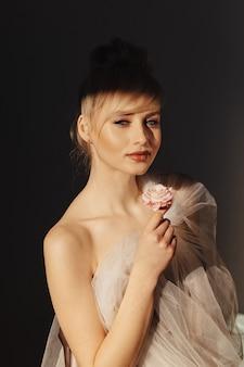 Bella ragazza con i capelli biondi. servizio di moda.