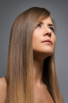 Bella ragazza con i capelli lunghi