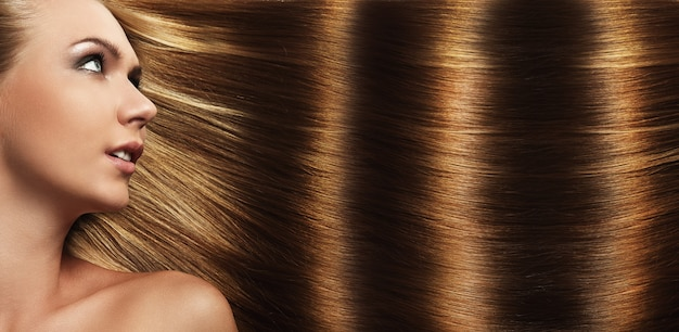Bella ragazza con i capelli perfetti