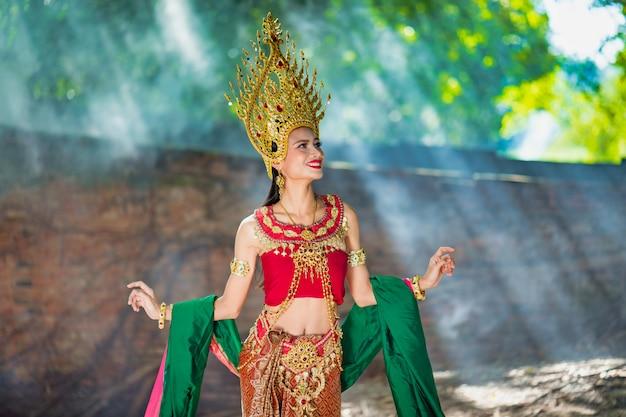 Bella ragazza con il costume apsara dal concetto della cambogia, identi
