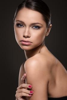 Bella ragazza con il viso perfetto