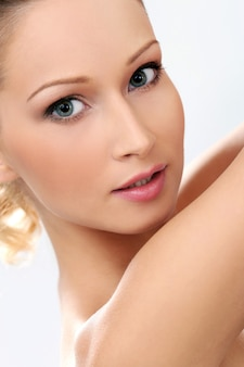 Bella ragazza con la pelle pulita e perfetta