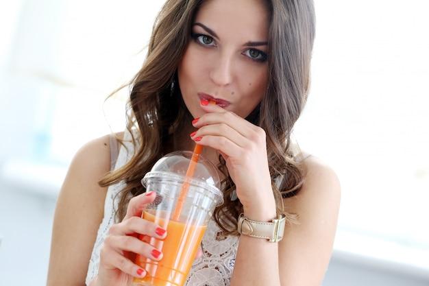Bella ragazza con succo d'arancia