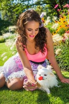 Bella ragazza con un piccolo cane chihuahua nel parco