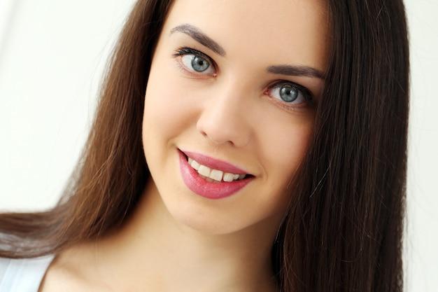Bella ragazza con un viso carino