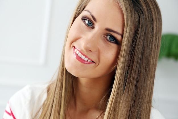 Bella ragazza con un viso splendido