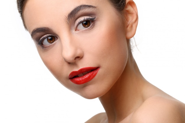 Bella ragazza con una pelle perfetta e rossetto rosso