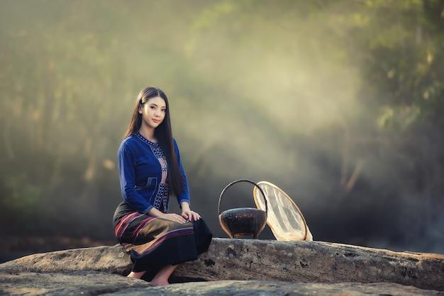 Bella ragazza del laos in costume tradizionale del laos, stile vintage a vientiane, laos.