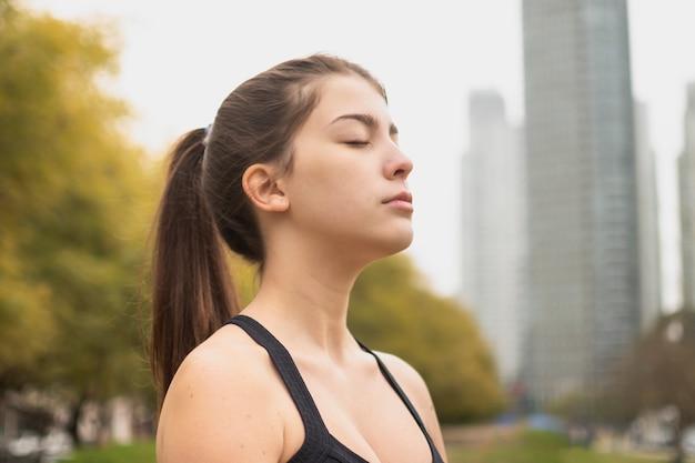 Bella ragazza del primo piano che meditating