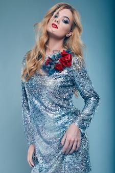 Bella ragazza elegante in abito paillettes brillante