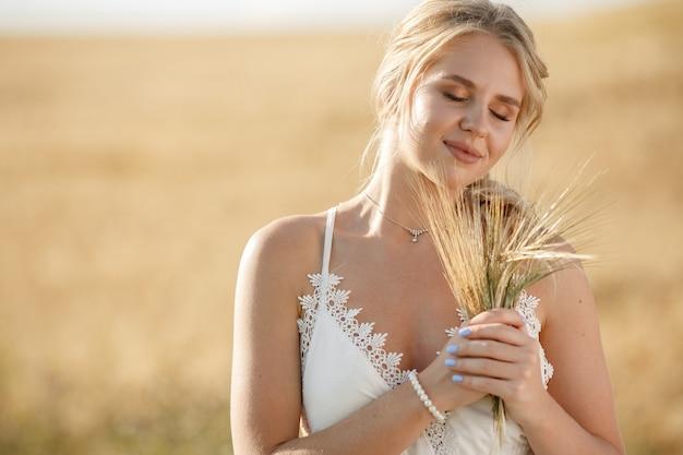 Bella ragazza elegante in un campo autunnale